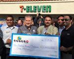 图:1月14日,南加奇诺岗(Chino Hills)7-Eleven便利店店主Balbir Atwal因售出一张威力球乐透彩票头奖,获100万美元奖金。(李姗/大纪元)