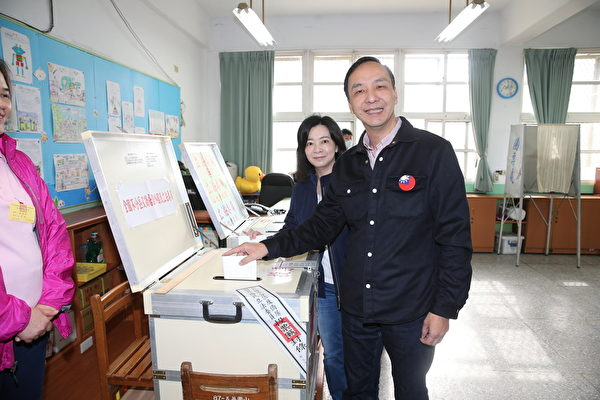 2016年1月16日,国民党候选人朱立伦和妻子高婉倩投票。(Hsieh Chia-chang/AFP)