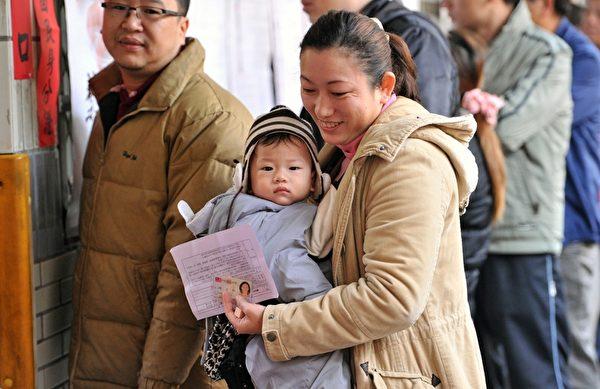 2016年1月16日,第14任总统、副总统与第9届立法委员选举举行投票,不少民众一早就前往投票所投票。(SAM YEH/AFP/Getty Images)