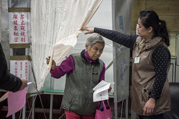 2016年1月16日,第14任总统、副总统与第9届立法委员选举举行投票,不少民众一早就前往投票所投票。(PHILIPPE LOPEZ/AFP/Getty Images)