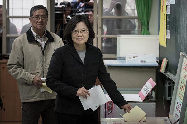 2016年1月16日,民进党总统参选人蔡英文在永和秀朗国小投票。(PHILIPPE LOPEZ/AFP/Getty Images)