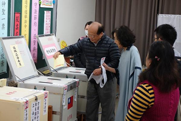 国民党全国竞选总部主委胡志强一早偕同夫人邵晓铃投票。(黄玉燕/大纪元)