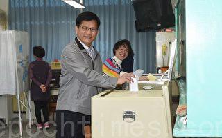 林佳龙(前)偕夫人廖婉如(后)投票,提醒政党票投票单比较长,折起来时要小心,别让红色印泥印到另外一边,影响到选举结果。 (黄玉燕/大纪元)