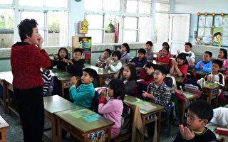 老师卖力地上课,学生们投入专注的听讲。(大纪元)