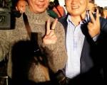 顏寬恒(右)打敗陳世凱成功爭取立委連任,在當選感言中表示,當選就是責任的開始,未來他會好好「監督」行政院,未來4年,他ㄧ定會更認真。(顏寬恒競選總部提供)