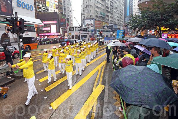 大约八百名香港及来自亚洲国家及地区的部分法轮功学员,星期六在港岛区发起游行,要求法办江泽民等迫害元凶,停止迫害法轮功。游行队伍冒雨从英皇道游乐场出发,途经铜锣湾、湾仔、中环等闹市前往终点中联办,沿途吸引许多的游客和市民观看。(潘在殊/大纪元)