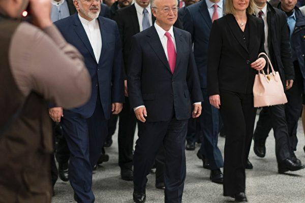国际原子能机构(IAEA)周六(16日)晚发布最终报告表示,伊朗已实现缩减核计划的承诺。美欧随后宣布解除对伊朗的制裁。图为IAEA秘书长Yukiya Amano (中)、伊朗外长Mohammad Javad Zarif (左)及欧盟外交政策负责人Federica Mogherini (右)2016年1月16日在维也纳结束会谈后抵达新闻发布会会场。(JOE KLAMAR/AFP/Getty Images)