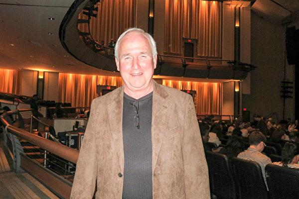 剛剛退休的首席執行長JimOˊBrien先生於1月16日在傑克遜維爾UNF表演藝術中心觀看了神韻演出。(林南/大紀元)