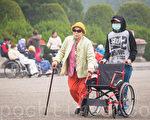 台灣高齡化社會來臨,老人的長期照顧問題越來越受重視,但台灣長期照顧服務人力卻始終不足,必須仰賴外籍看護工補足缺口。(陳柏州/大紀元)