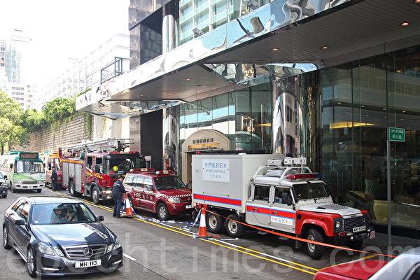 法轮功学员举办法会的会场尖沙咀龙堡国际宾馆,有人报称有炸弹,警方出动消防车和拆弹装备高调介入事件。(潘在殊/大纪元)