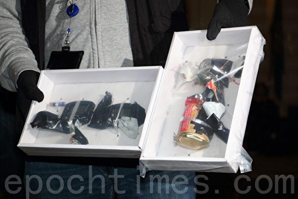 法轮功学员举办法会的会场尖沙咀龙堡国际宾馆,有人报称有炸弹,警方其后证实并非爆炸品,并向传媒展示。(蔡雯文/大纪元)