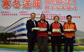 天明制药集团董事长(左1)与长治乡德和社区关怀据点长辈合影。(郑池南/大纪元)