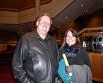 2016年1月19日晚,在美國愛達荷州博伊西地產界從事租賃業務的Mike Hibberd和Sue Hibberd夫婦觀看了神韻演出。(史迪/大紀元)