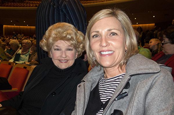 房地產經紀Laurel Meyer(右)和婆婆Marilyn Meyer一起觀看了神韻1月19日的演出。(馬亮/大紀元)