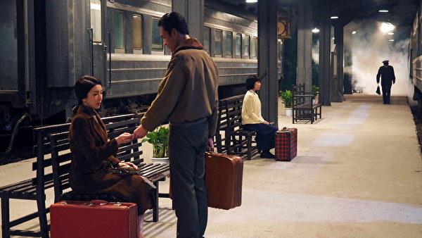 《一把青》剧照,杨谨华(左)演活了师娘秦芊仪,选择嫁入空军,但是却过着被环境所逼,内心不断交战的人生。(公视提供)