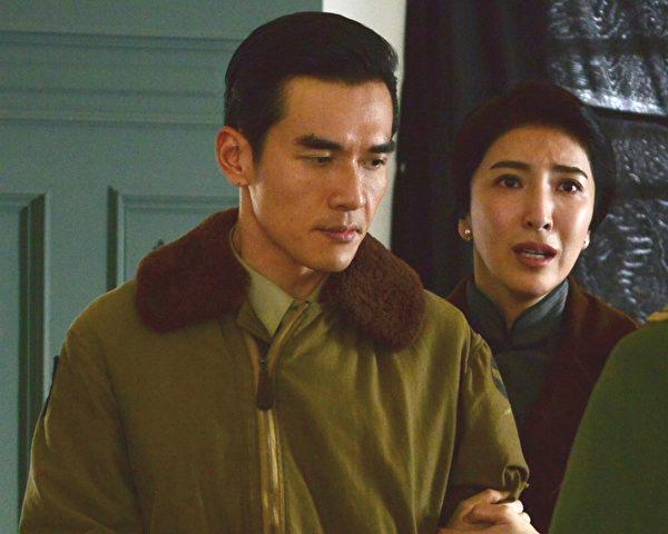 《一把青》劇照,楊謹華(右)演活了師娘秦芊儀,與老公江偉成(楊一展飾)的情感與現實拉距戲,備受網友注目。(公視提供)