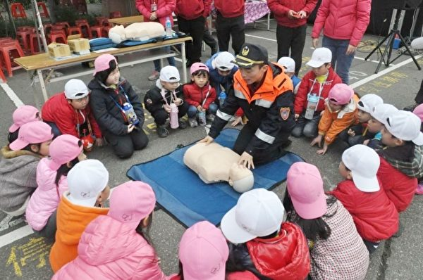 心肺復甦術CPR教學。( 新竹縣政府提供)