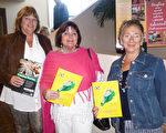 退休老闆Suzy Hofstetter(右)和兒童書籍作家Cindy Fanney(中)與退休地產經紀人Ronda Dykal(左),1月20日下午在美國佛州墨爾本的國王劇院(King Center For The Performing Arts)觀看了神韻國際藝術團的精彩演出。(袁麗/大紀元)