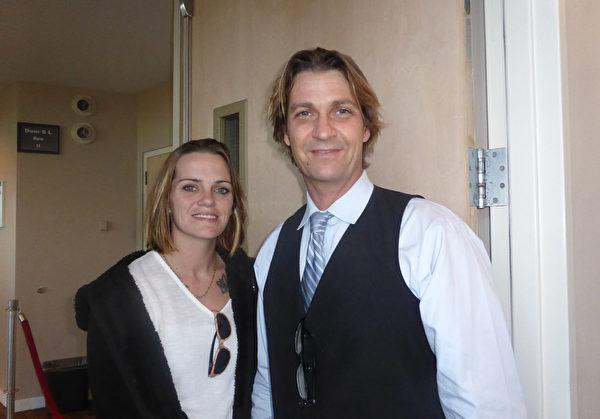 1月20日下午,在美國佛州墨爾本的國王劇院(King Center),音樂家Steven D'amato與太太及母親、兄弟等家人觀看了神韻國際藝術團的精美演出。他讚歎神韻製作是最頂級的。(袁麗/大紀元)