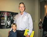 餐館老闆Tim Christie帶8歲的兒子於1月20日晚在佛州墨爾本國王劇院(King Center For The Performing Arts),觀看了神韻演出。(林南/大紀元)