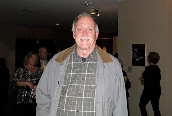 1月20日晚,Hal Davidson先生在美国佛州墨尔本的国王剧院观赏了神韵国际艺术团的演出。(林南/大纪元)