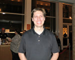 1月20日晚,Dan Maloney在美國佛州墨爾本市國王劇院觀賞了神韻國際藝術團的演出。(林南/大紀元)