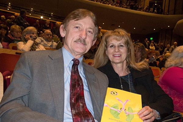 地产过户公司首席执行官Larry Matney和太太Sherry都非常喜爱神韵。(马亮/大纪元)