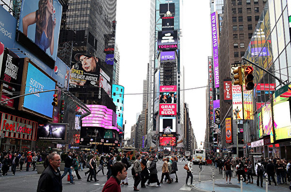 人来人往的纽约时代广场。(Justin Sullivan/Getty Images)