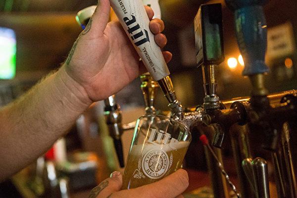 纽约的夜店酒吧酒类的供应时间只持续到凌晨4点。(Andrew Burton/Getty Images)