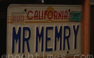 "从亚瑟‧波姆斯坦(Arthur Bornstein)的车牌也能看出他是""记忆先生""。(Yu Le/大纪元)"