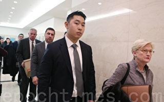 1月19日,梁彼得和律師進入法庭。(杜國輝/大紀元)