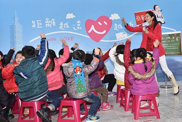 Janet帶領偏鄉兒童暢遊兒童新樂園,教導學童鮮奶知識小學堂。(開元食品提供)
