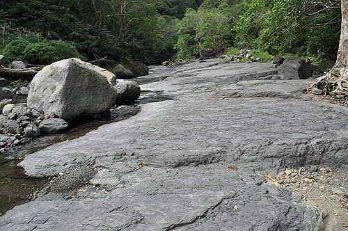 河床石磐天然滑水道。远处尽头为姊妹瀑布。 (图片提供:tony)