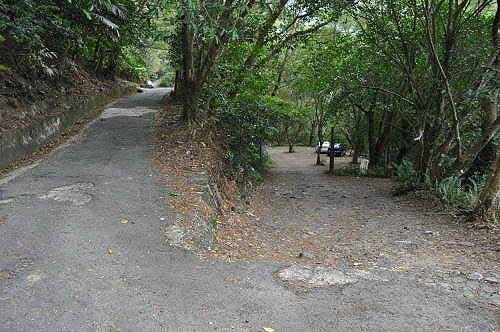 心灵谷入口(右岔路)。直行上方不远处为云森瀑布登山口。 (图片提供:tony)