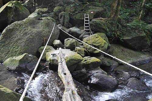 扶绳索,过木桥,即抵达云森瀑布。 (图片提供:tony)