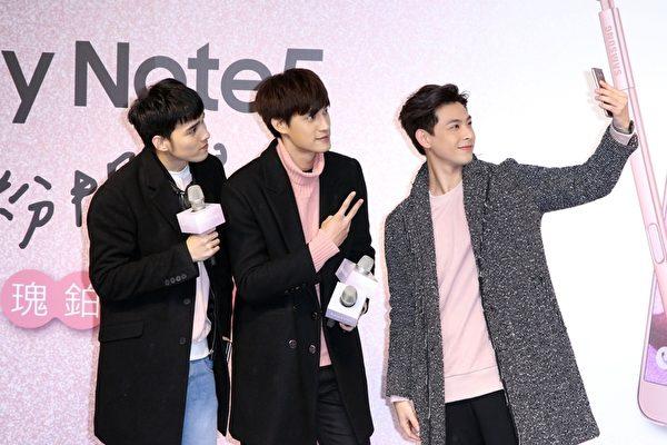 台湾人气男团SpeXial团员宏正(左起)、伟晋、晨翔出席韩国品牌手机上市活动,在舞台上自拍。(公关提供)