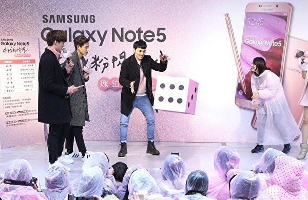 SpeXial团员宏正(左起)、伟晋、晨翔出席韩国品牌手机上市活动,,与粉丝玩游戏互动。(公关提供)