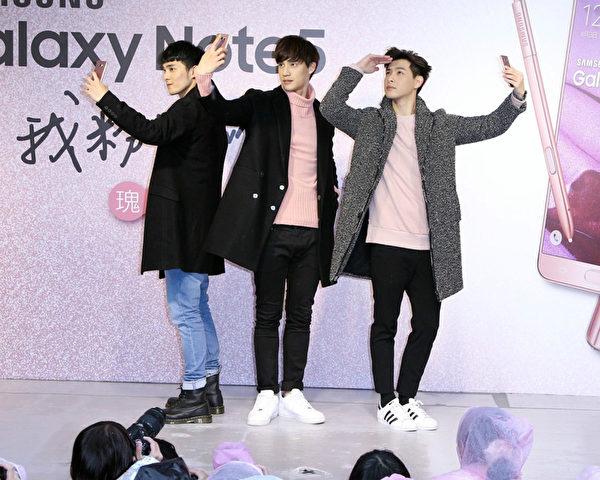 """SpeXial团员宏正(左起)、伟晋、晨翔出席韩国品牌手机上市活动,以""""敬礼舞""""Pose自拍,让现场粉丝嗨翻。(公关提供)"""