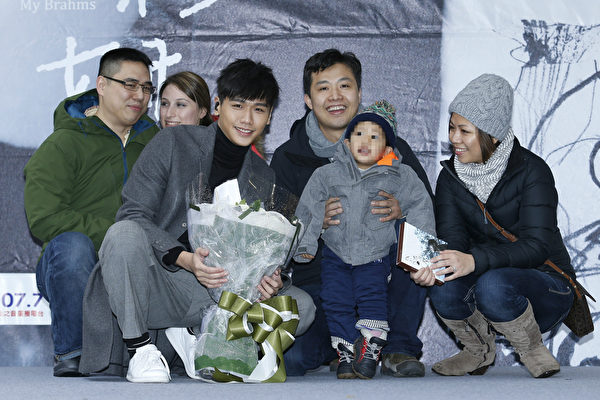 圖為蔡旻佑家族照(左起)為堂弟、堂弟妹、蔡旻佑、堂姐夫、外甥、堂姐。(一起娛樂提供)