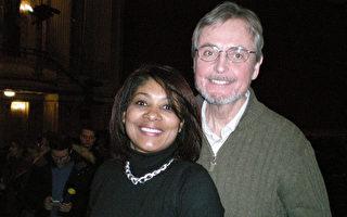 现任政府行政部门的经理Beta Norman和先生Bill Norman一起观赏了神韵巡回艺术团2016年1月23日在波士顿歌剧院(Boston Opera House)进行的第二场演出。夫妻俩表示,会向亲朋好友强力推荐神韵,同时期盼着明年神韵的到来。(文蕾/大纪元)