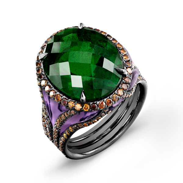 王者之戒,此Darren McClung 设计的戒指,以稀世罕见的巨型沙弗莱石榴宝石作为戒冠,加上大师工匠手工琢磨,镶嵌于戒指镂空的紫水晶,并以天然多色钻石延边装饰。鲜活的颜色从白天到夜宴都风采迷人,大气而灵动,是绝无仅有的夺目之作。(Darren McClung提供)