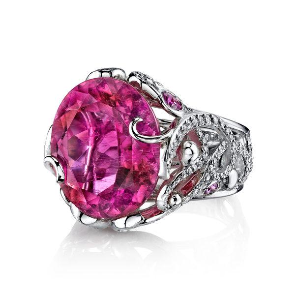 此惊艳绝伦的巨型碧玺重14.46克拉,镶嵌在大师工匠纯手工打造的戒台上。宝石质量非凡,丰富出彩的多色性,在不同角度能显现除粉色主体以外,紫色及橘色色泽因约透露。戒台镶有多颗顶级美钻,总重1.46克拉,有如缎带般缠绕着明艳动人的宝石主体,勾勒出一份最美的礼物。(Darren McClung提供)