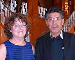 2016年1月23日下午,在拉斯維加斯史密斯藝術中心(TheSmith Center),曾經從事精神研究的Michelle Hoffman與好友技術維修工David Rodriguez一同觀看了當天的演出。他們讚譽神韻帶來驚喜,令人感動落淚。(史迪/大紀元)