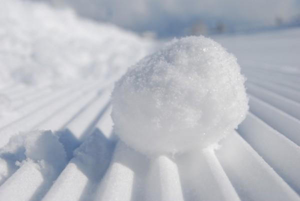 感恩的心就像一颗从白雪皑皑的山上滚下的雪球,每转一圈都会长大一些。谁知道它将带你去何方?(Pixabay)