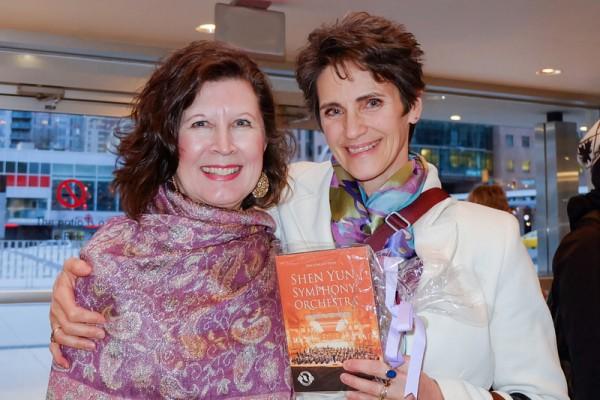 2016年1月23日下午,Laura Von Hausen与Harmony Laurence一同观赏神韵世界艺术团在温哥华伊丽莎白女皇剧院的第二场演出。(欧阳/大纪元)