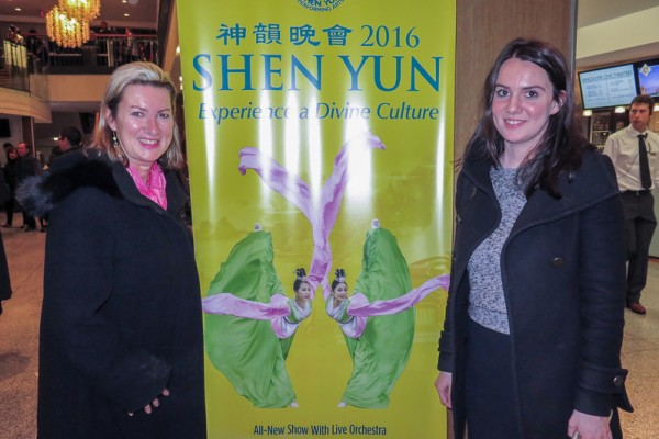 "Susan Deering和女儿Savannah Hamilton看完演出后认为:""神韵演出将中国的不同地域、不同时代与多姿多采的文化风俗,出神入化的完美呈现出来。""(廖青/大纪元)"