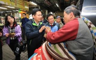 超级寒流低温下探5度以下,台中市长林佳龙(前左2)23日晚间,前往台中第二市场关怀访街友。(台中市政府提供)