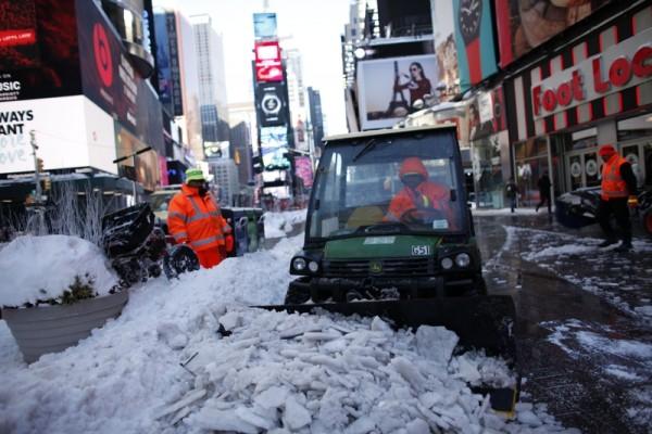 时代广场的清雪工作一直就没有停止过。( KENA BETANCUR/AFP/Getty Images)