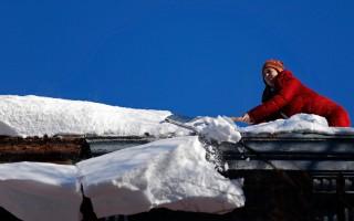 纽约公交地铁部分恢复 市民扫雪挖车忙