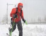 星期六纽约遭受暴风雪袭击,车辆禁行,可乐坏了滑雪爱好者,终于有机会在曼哈顿街头驰骋了。(FRANCOIS XAVIER MARIT/AFP/Getty Images)